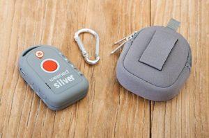 Le traceur GPS Senior Weenect Silver et sa pochette de protection équipée d'un mousqueton