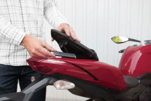 Le traceur gps moto Invoxia Roadie se range sous la selle de n'importe quelle moto.