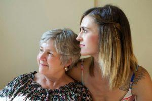 Une personne âgée et sa fille