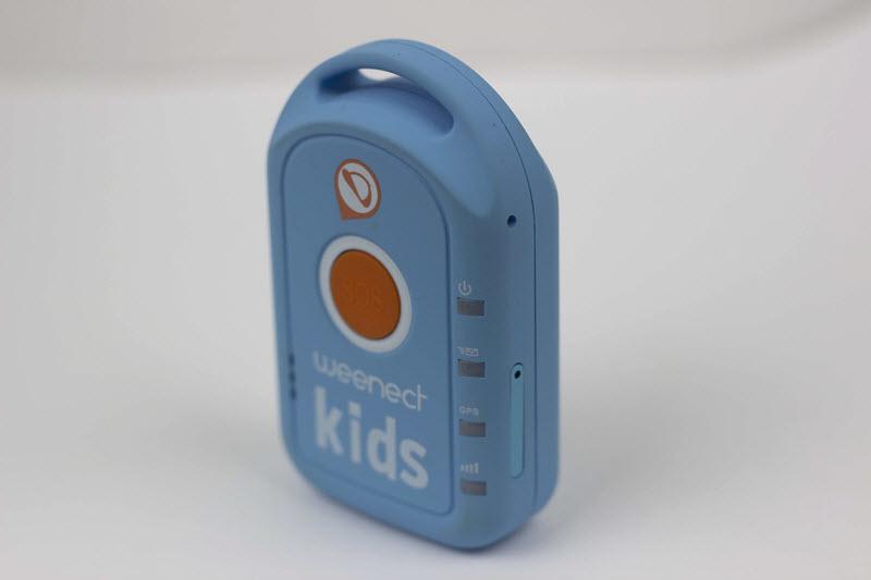 Coté droit du Weenect Kids avec l'emplacement pour la carte SIM
